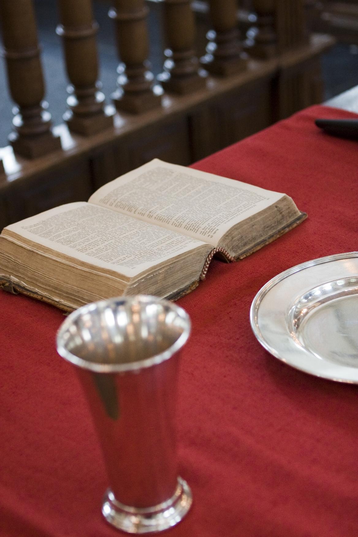 Bijbel en beker