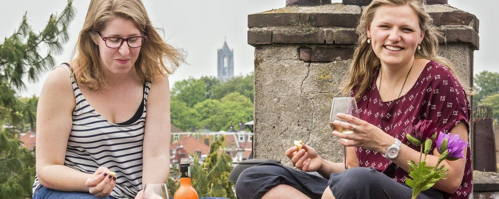 Anne en Johanneke op het dak van Tout Passe (foto door Django Roberts)